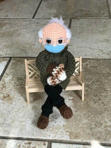 El muñeco de croché inspirado en la famosa foto del senador por Vermont y ex aspirante presidencial Bernie Sanders