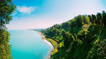 Con el Mar Negro y su frente, e imponentes picos montañosos a sus espaldas, el impresionante paisaje de Batumi lo ha convertido en uno de los destinos de verano más populares de Georgia (Shutterstock)