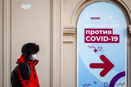 Un hombre pasa frente a un centro de vacunación en el centro comercial GUM de la Plaza Roja en Moscú. Muchos mosvitas han decidido no vacunarse.