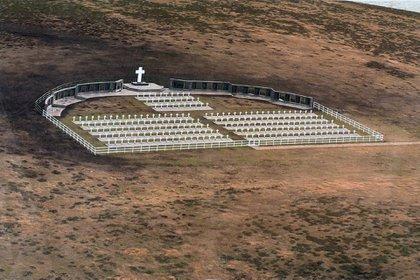 El cementerio de Darwin con el gran monumento con los nombres de los 649 héroes caídos en Malvinas