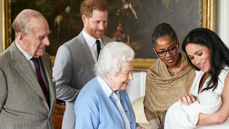 Archie Harrison Mountbatten-Windsor con sus padres, la reina Isabel II, Felipe de Edimburgo, Carlos de Inglaterra y la madre de Meghan Markle
