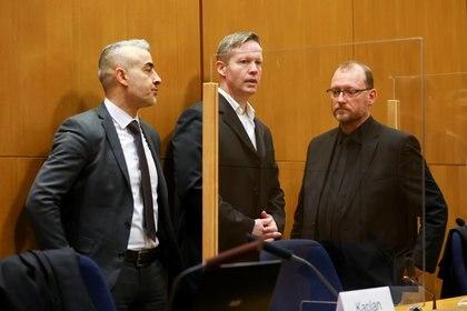 El principal acusado Stephan Ernst habla con sus abogados Mustafa Kaplan y Joerg Hardies en la sala del tribunal mientras esperan el veredicto en el caso del asesinato de Walter Luebcke, en el Tribunal Regional Superior de Frankfurt, Alemania, el 28 de enero de 2021. REUTERS / Kai Pfaffenbach /Piscina