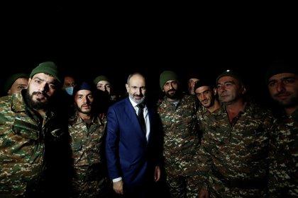 El primer ministro armenio, Nikol Pashinián, posaba rodeado de soldados, el pasado mes de octubre. (EFE/EPA/TIGRAN MEHRABYAN / ARMENIAN PRIME MINISTER PRESS SERVICE / PAN PHOTO/Archivo)