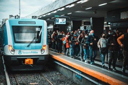 Fila de personas en la estación Once del ferrocarril