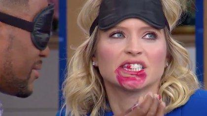 """En el programa """"Good Morning America"""", el #BirdBoxChallenge implicó pintarle los labios a la presentadora."""