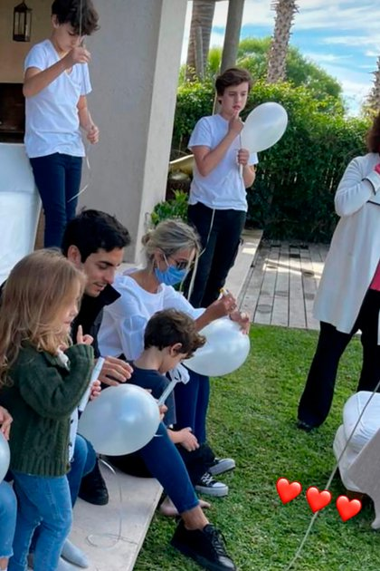 Bautista, Beltrán y Benicio con globos blancos en homenaje a su hermana (@pampitaoficial)