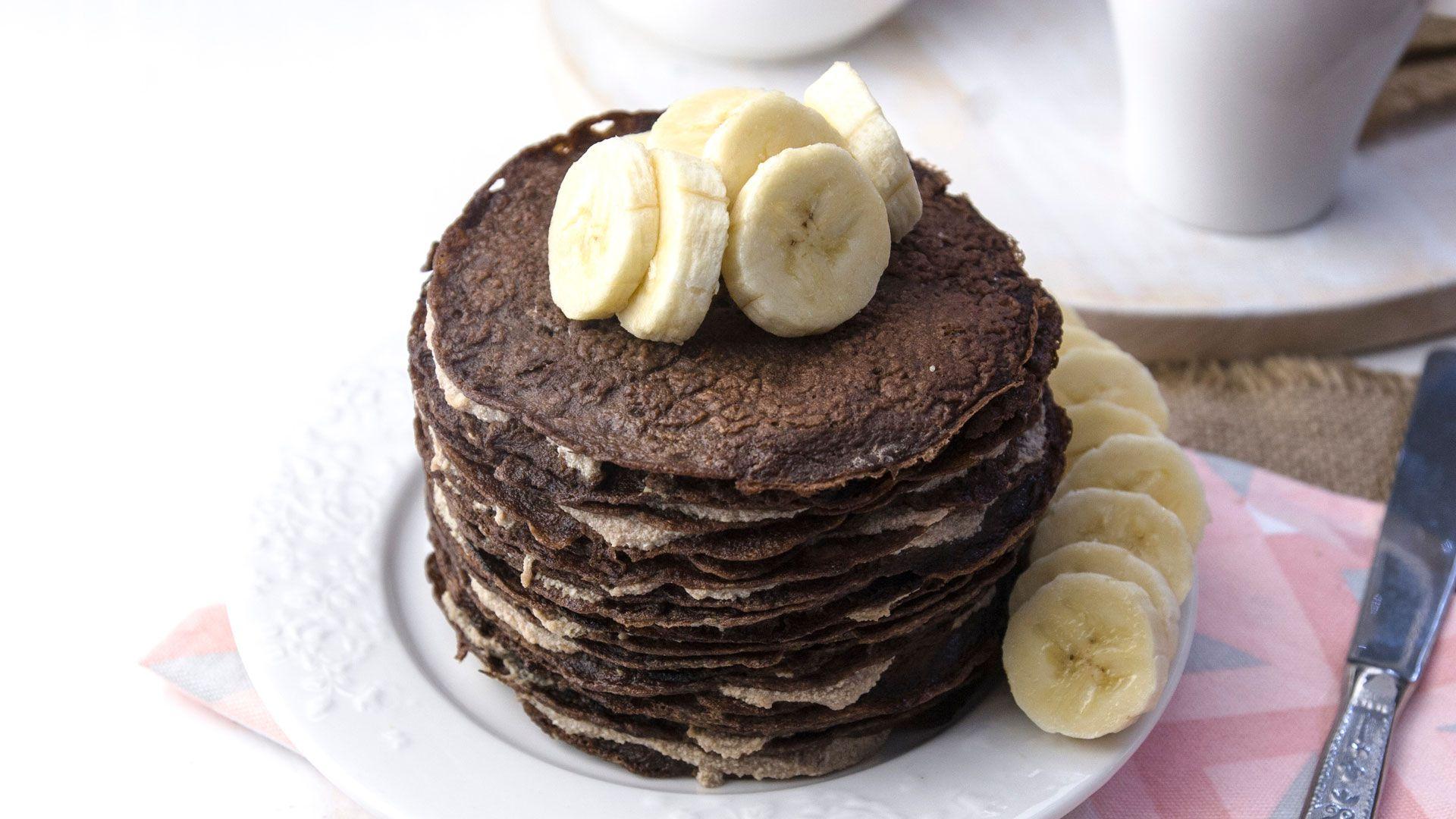 Los mini pancakes integrales de algarroba con decoración de banana (Shutterstock)