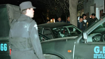 Las víctimas estaban tiradas en el suelo. Entre ellas, con vida, estaba Flora Lacave, a quien un policía le apuntaba para matarla (Jorge Humberto Larrosa)