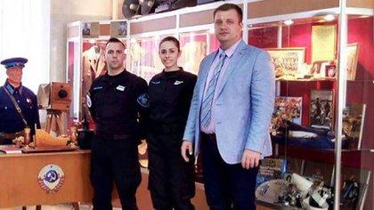 Iván Blizniouk junto a dos agentes de la Policía de la Ciudad (@AlertaProvincia)