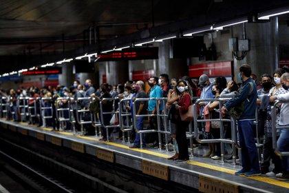 Pasajeros son vistos mientras usan tapabocas como precaución contra la propagación del nuevo coronavirus, este miércoles en la estación de metro de Sé en el centro de Sao Paulo (Brasil). EFE/Sebastião Moreira