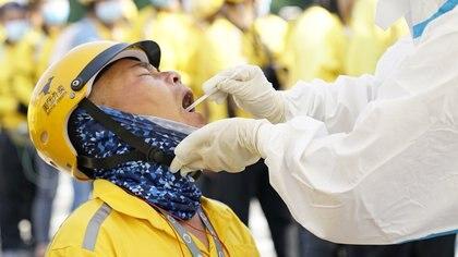 Un trabajador chino sometido a un test (Reuters)