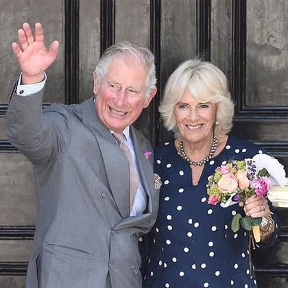 Tras la muerte de Lady Di, la relación de Carlos y Camilla fue repudiada por la sociedad británica