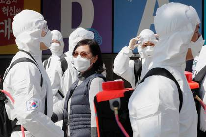 Soldados surcoreanos con trajes y mascarillas protectoras sanitizan Daegu, Corea del Sur. 2 marzo 2020. REUTERS/Kim Kyung-Hoon