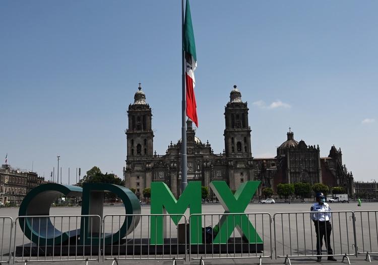 Un policía vigila el Zócalo de la Ciudad de México, que se mantiene cerrado, durante la crisis sanitaria de coronavirus (Foto: RODRIGO ARANGUA / AFP)