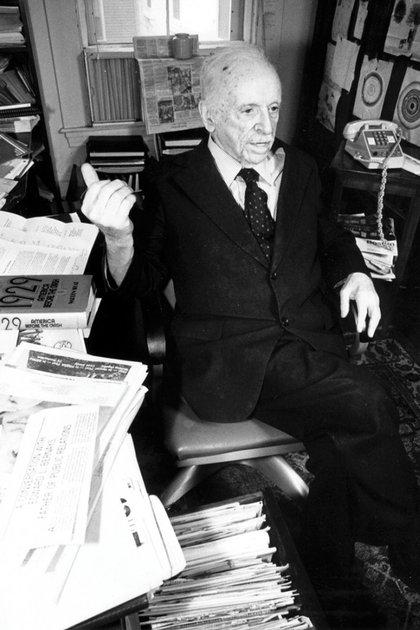Edward Bernays fue un hombre muy longevo, murió a los 104 años. En la década del 80, bien entrados sus 90 años, todavía concedía entrevistas (AP Photo/Sean Kardon)