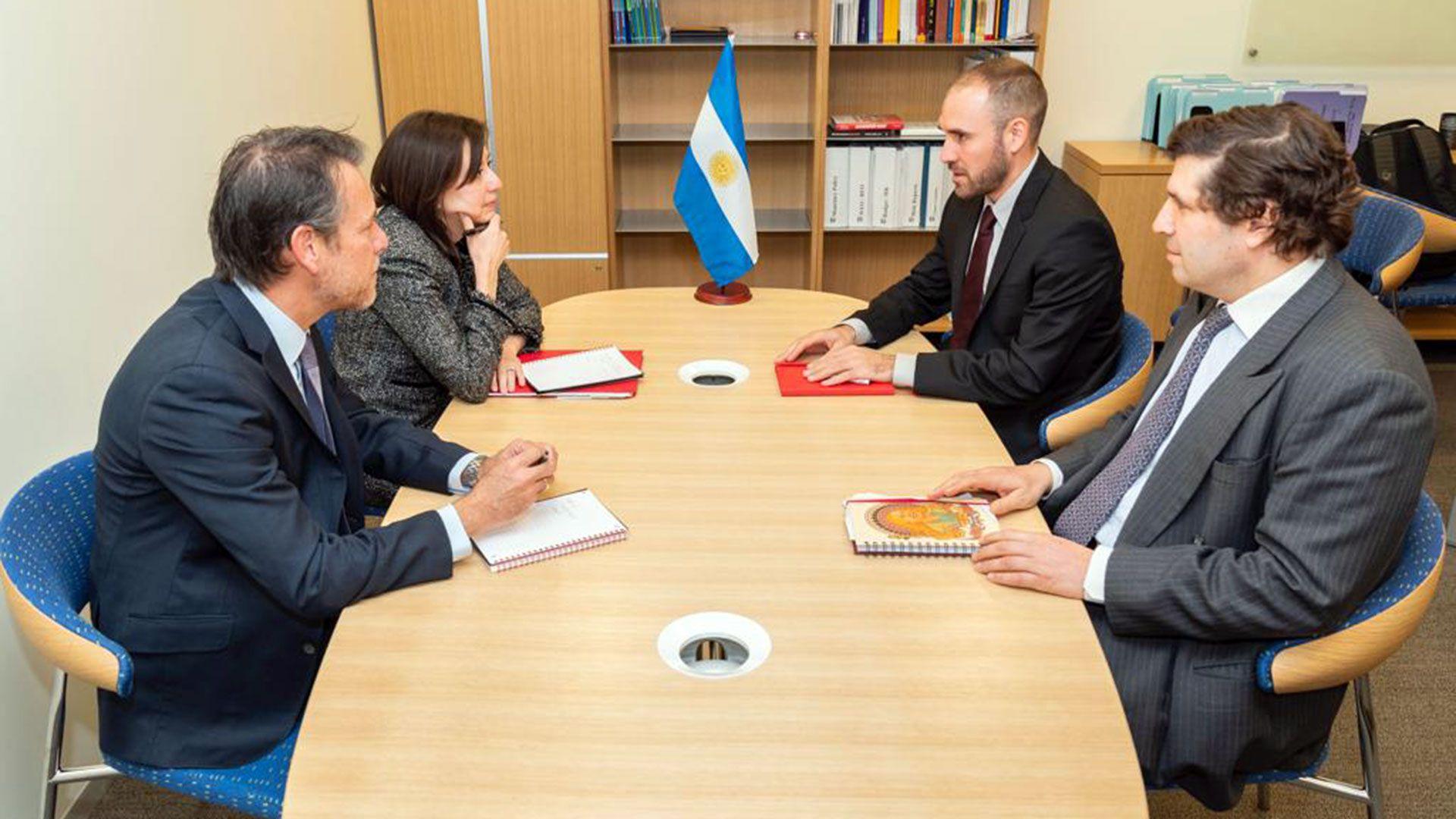 Guzmán, Chodos, Cubeddu y Kozack, durante un encuentro en la última visita del FMI al país, en febrero pasado
