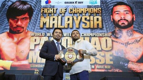 Los boxeadores durante la presentación de la pelea en abril pasado (Reuters)