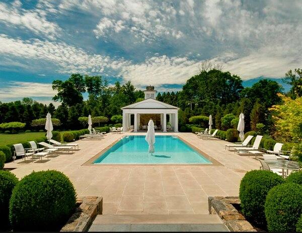 La piscina fue inspirada en la piscina del hotel Delano de South Beach (Douglas Elliman)