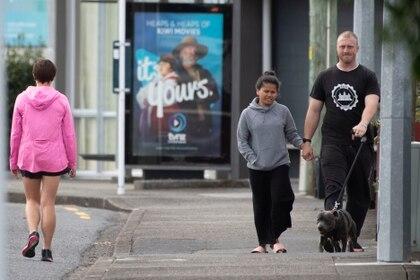 Peatones cumplen con el distanciamiento social en Wellington (AFP)