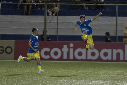 Players Pablo Gallego (d), and Nahum Peralta (i), from FC Managua celebrate a score, during a match.  EFE / Jorge Torres / Archive
