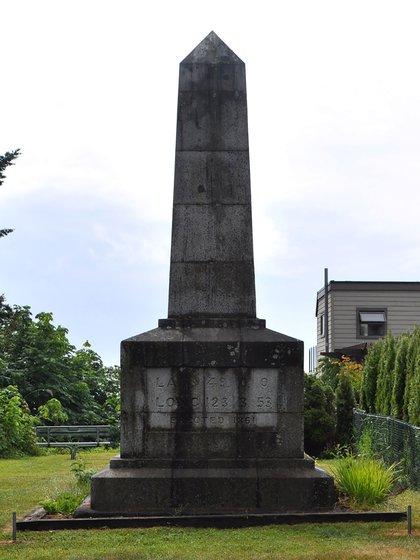Un pilar que marca uno de los límites fronterizos entre Point Roberts y Canadá (Creative Commons)