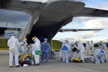 Personal médico de Bogotá recibiendo a pacientes heridos con graves quemaduras producto de la explosión del camión cisterna en Tasajera que fueron transportados por la Fuerza Aérea Colombiana.