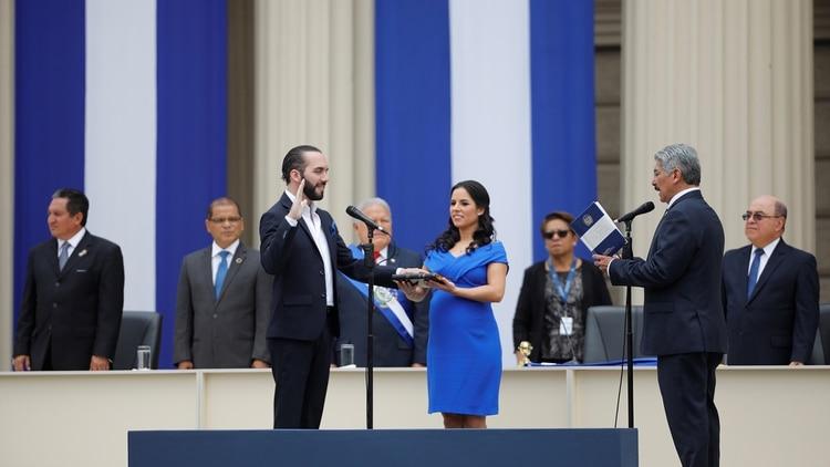 Bukele hizo que fuera su esposa quien le tomó el juramento como nuevo Presidente de El Salvadorel 1 de junio de 2019 (REUTERS/Jose Cabezas)