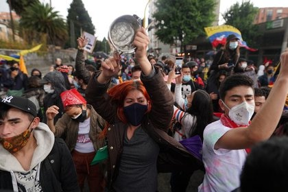 Manifestantes protestan contra el Gobierno del presidente colombiano, Iván Duque, en Bogotá, Colombia, 4 de mayo, 2021. REUTERS/Nathalia Angarita NO REVENTAS NO ARCHIVO