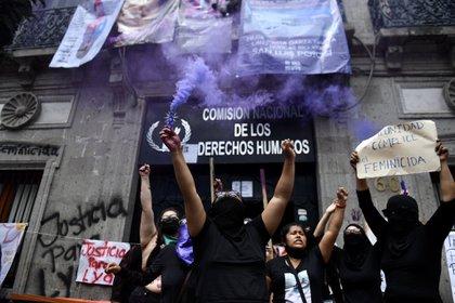 Madres de familia y colectivos feministas mantiene tomadas las oficinas de la CNDH ubicadas en el Centro Histórico de la Ciudad de México. Exigen justicia para sus familiares (Foto: @hoysololeslie)