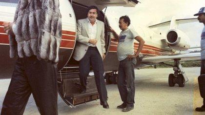 Pablo Emilio Escobar Gaviria, el mayor narcoterrorista de la historia de Colombia, desciende de un avión privado. Aún era amo y señor de Medellín y parecía que el mundo se rendiría a sus pies