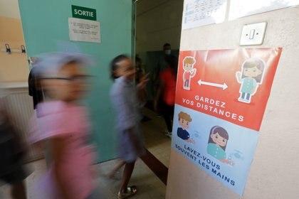 La evidencia sobre el riesgo de infección por la apertura de escuelas es limitada, aunque hasta la fecha sugiere que el riesgo de abrir escuelas, en relación con el reinicio de muchas otras actividades, no es tan alto (REUTERS)