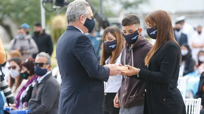 El ministro de Defensa, Agustín Rossi, saluda a los familiares de las víctimas de la tragedia del ARA San Juan a tres años de su hundimiento (Christian Heit)