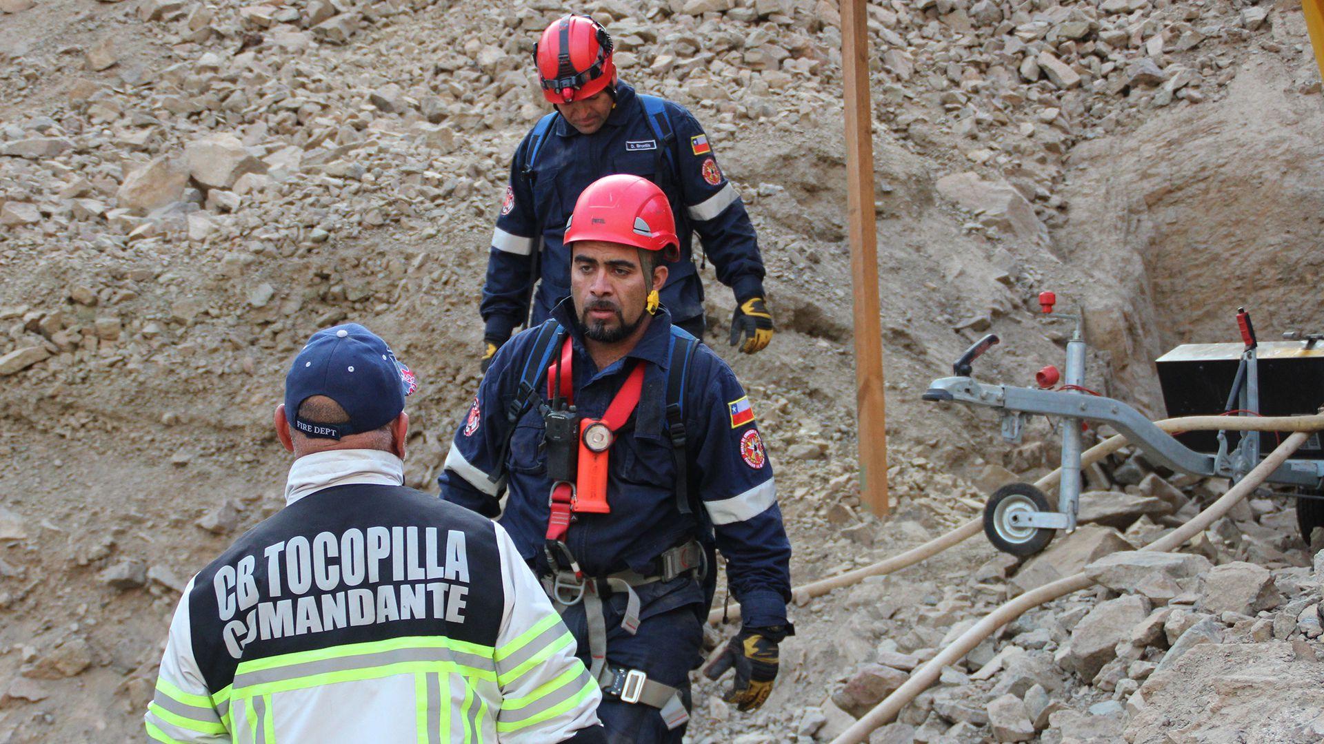 Trabajos de rescate en la mina en la que tres hombres de origen bolivianos quedaron atrapados, en el norte de Chile (afp)