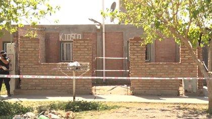 Tras el ataque, la policía trabaja recolectando pruebas en el lugar.