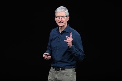 Tim Cook, CEO de Apple, no ha perdido ocasión de hablar contra la política de Facebook. (AFP)