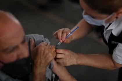 Hasta la fecha México ha aplicado 15,003,610 millones de dosis esde el pasado 23 de diciembre, de las farmacéuticas Pfizer-BioNTech, AstraZeneca, SinoVac, Sputnik V y Cansino (Foto: Reuters/ Edgard Garrido/ Foto de archivo)