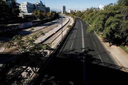 Vista ayer de una avenida vacía durante la cuarentena obligatoria decretada en prácticamente todo el país ante el avance de la pandemia de covid-19, en Santiago (Chile). EFE/Alberto Valdés