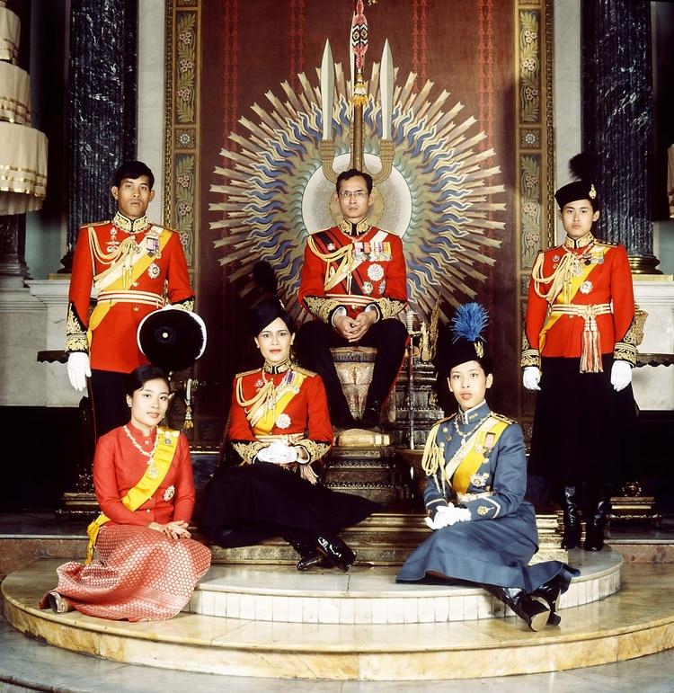 El rey con la reina Sirikit, el príncipe Maha Vajiralongkorn, las princesas Ubolratana Rajakanya, Maha Chakri Sirindhorn, y Chulabhorn Walailak