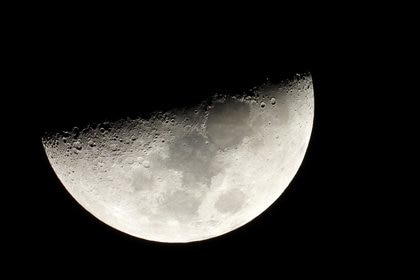 La luna se ve en el cielo durante la conjunción visible más cercana de Júpiter y Saturno en 400 años, en Tejeda, en la isla de Gran Canaria, España, el 21 de diciembre de 2020 (Reuters/ Borja Suarez)