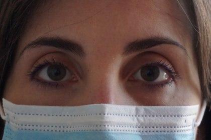 Cecilia Bartalena, médica italiana, debió cambiar su vida familiar para atender a los pacientes de COVID-19: usa un baño separado, come sola y duerme aislada de su esposo y su hija. (Lorenzo Marianelli via REUTERS)