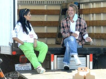 Brad Pitt realizó una acción benéfica en Los Ángeles, California. El actor colaboró con familias de bajos recursos que forman parte del programa Proyectos de Vivienda de Los Ángeles. También se vio al artista Thomas Houseago
