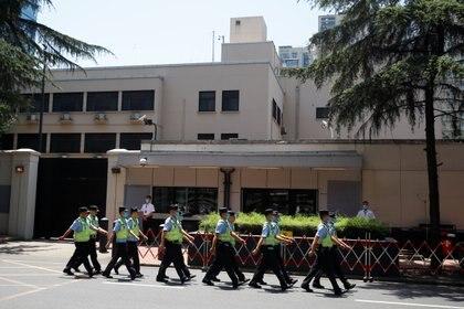 Policías en el consulado en Chengdu. REUTERS/Thomas Peter