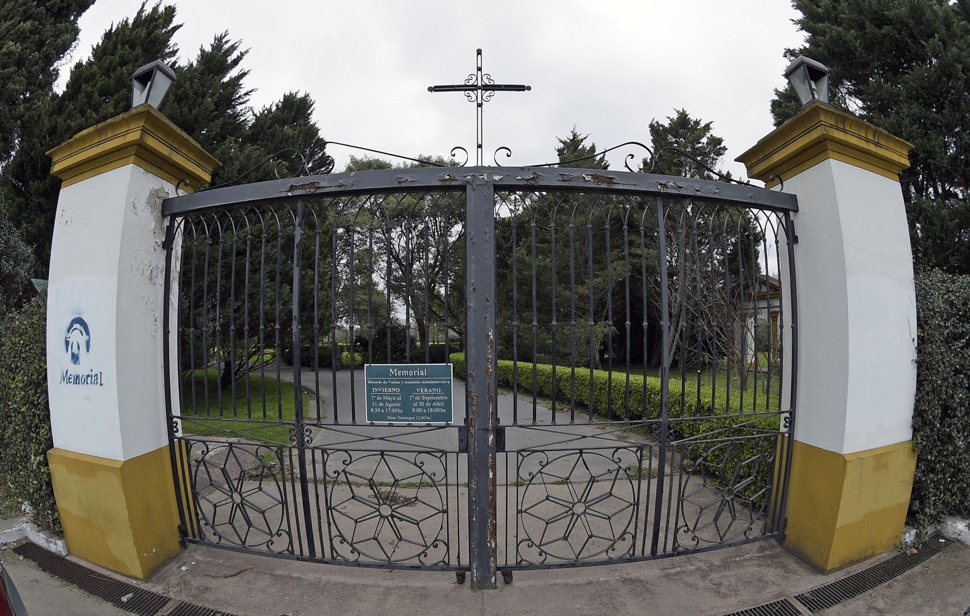 Los cementerios mantienen las puertas cerradas (AFP)