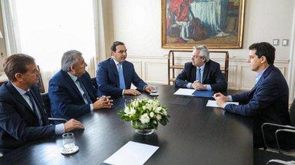 """Alberto Fernández y Eduardo """"Wado"""" De Pedro con los tres gobernadores de la UCR que forman parte de Juntos por el Cambio"""
