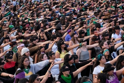 """CIUDAD DE MÉXICO, 29 de NOVIEMBRE de 2019.- Cientos de mujeres asistieron a la Intervención """"Un volador en tu camino"""", el cual organizó el Colectivo Aquelarre Violeta y la Colectiva La Tesis. El acto se realizó en el Zócalo capitalino. (GRACIELA LÓPEZ /CUARTOSCURO)"""