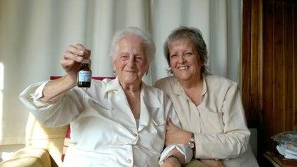 """""""Choché"""" junto a su hija Alejandra, en su casa de Bariloche, con el frasco de aceite de cannabis"""