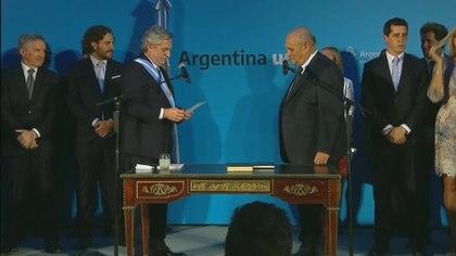 El presidente Fernández le toma juramente a Carlos Montero