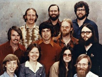 Bill Gates y Paul Allen tenían 19 y 21 años respectivamente cuando vendieron el primer software de su compañía Micro Soft (Microsoft)