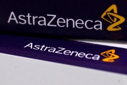 El logo de AstraZeneca se ve en los paquetes de medicamentos de una farmacia en Londres (REUTERS/Stefan Wermuth/File Photo)