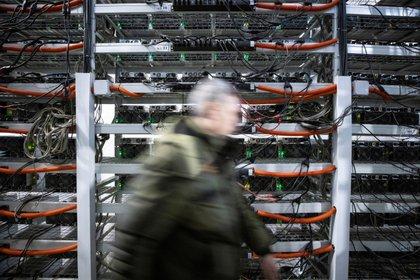 Una imagen del centro de datos de la empresa BitRiver que proporciona servicios para la minería de criptomonedas en la ciudad de Bratsk en la región de Irkutsk, Rusia, el 2 de marzo de 2021. (REUTERS/Maxim Shemetov)